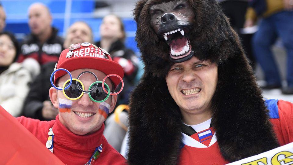 Der russische Bär: Russische Eishockey-Fans unterstützen ihre Mannschaft im Halbfinale gegen Tschechien. Russland ist auch der Gegner der Deutschen im Olympiafinale - ein Sieg für das DEB-Team wird da ganz schwer.