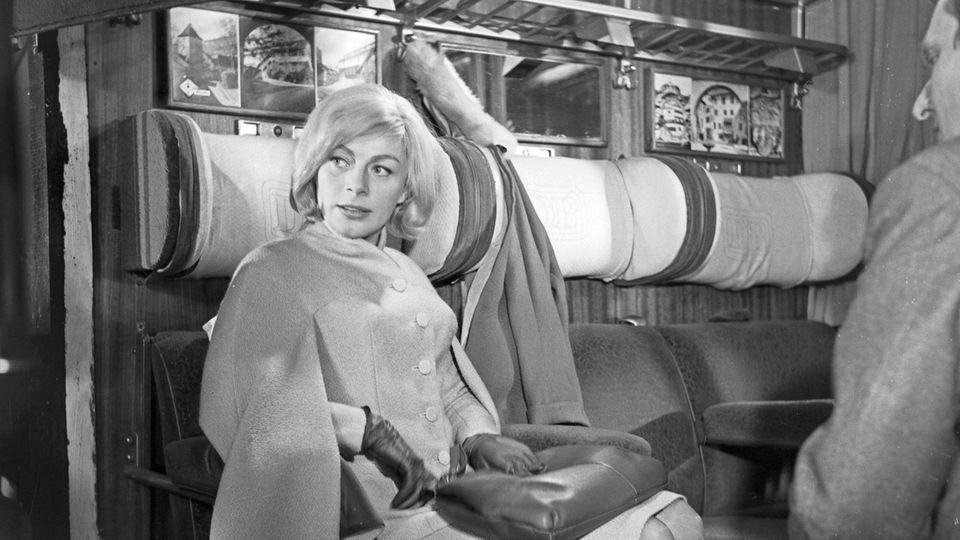 Ein elegantes Paar in einem Zugabteil