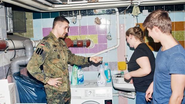 """In der Waschküche erinnert Mareike den Rat ihrer Mutter: """"Immer von oben nach unten wischen"""""""