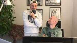 Zwei Redakteure gucken in die Kamera