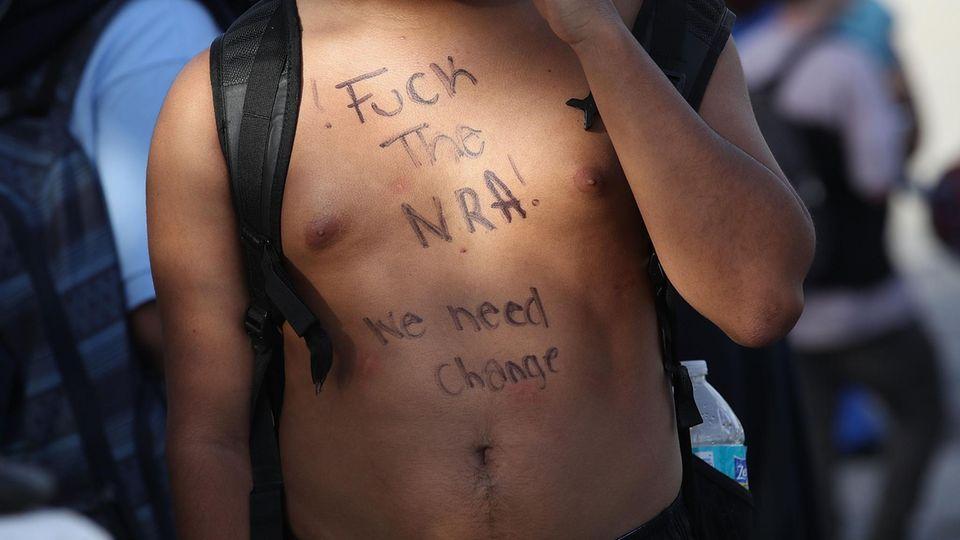 """""""Fuck NRA"""": Junge Erwachsene protestieren nach dem Amoklauf gegen die Waffenlobby"""