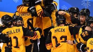 Das deutsche Eishockey-Team jubelt nach dem Halbfinal-Sieg über Kanada