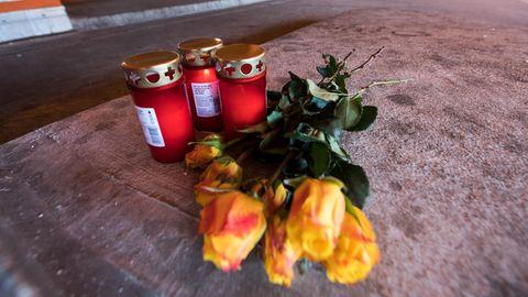 Blumen und Kerzen am Tatort in einem Parkdeck am Bahnhof im Dortmunder Stadtteil Hörde