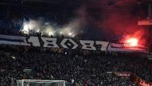Bremen gegen den HSV: Die Anhänger der Gäste zündeten Pyro-Technik