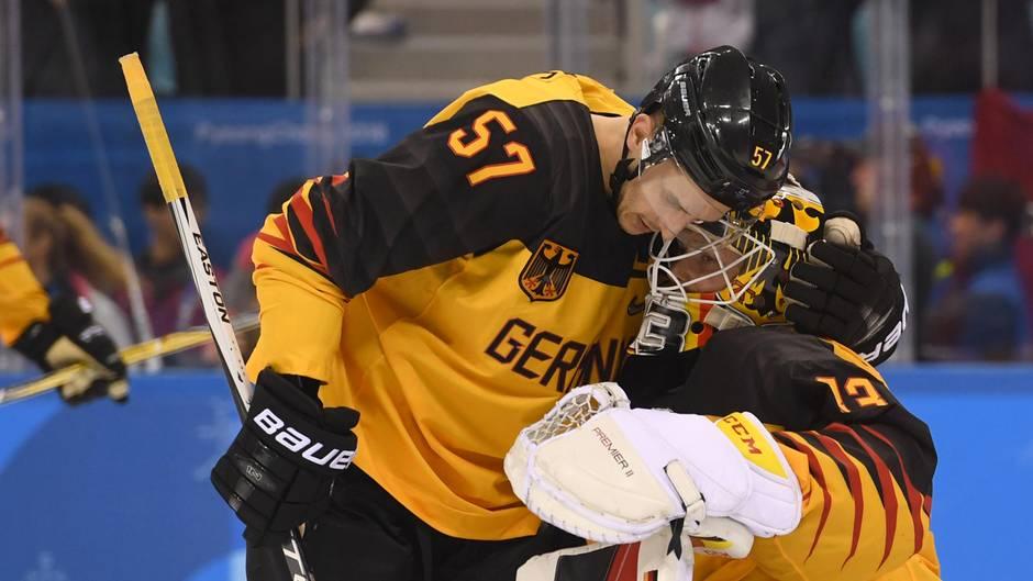 Eishockey-Profi Marcel Goc umarmt nach dem verlorenen Olympia-Finale den knienden Goalie Danny aus den Birken