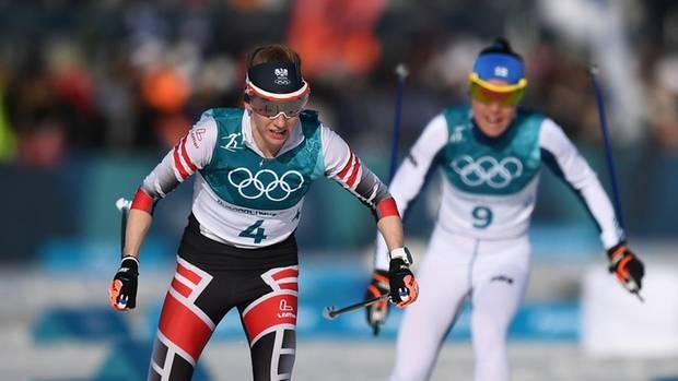 Das war noch alles in Butter: Teresa Stadlober in korrekter Loipe und Silber-Spur. Später bog sie auf der Strecke falsch ab. Krista Pärmäkoski aus Finnland (im Hintergrund) profitierte und gewann die Silbermedaille.