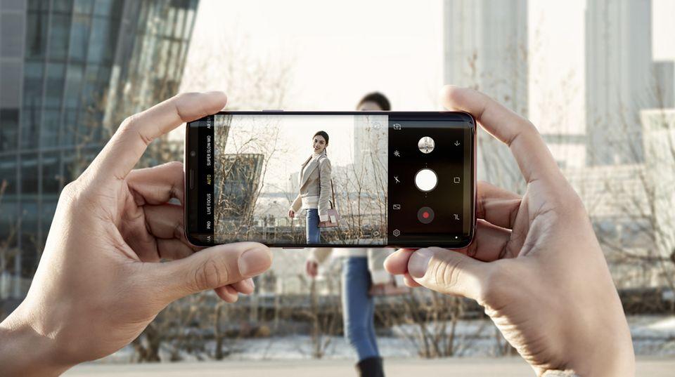 Die wichtigste Neuerung des Galaxy S9 ist die Kamera. Man habe sie neu gedacht, so der Konzern. Vor allem bei schwachem Licht sollen die Bilder dank der wechselnden Blende deutlich besser ausfallen.