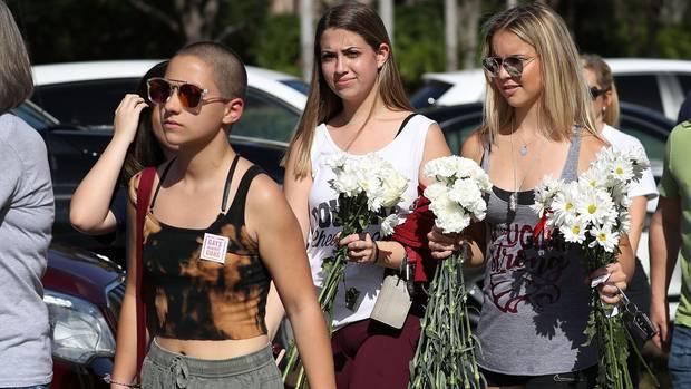 Emma Gonzalez (l.) und andere Schüler der Marjory Stoneman Douglas High School in Parkland kehren nach dem Amoklauf an ihre Schule zurück.