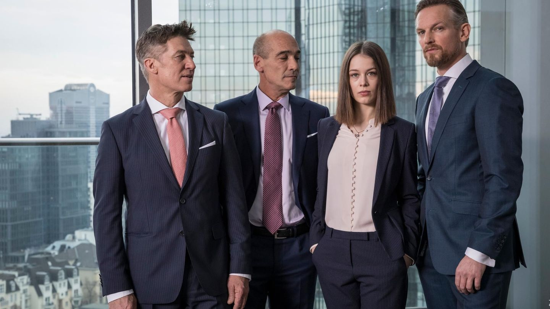"""Vier der Hauptdarsteller aus der deustchen Serie """"Bad Banks"""""""