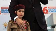 Recep Tayyip Erdogan steht neben einem weinenden Mädchen in Soldatenuniform