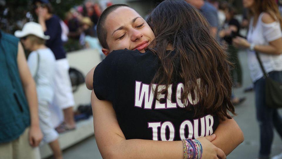 Emma Gonzalez umarmt Mitschülerin