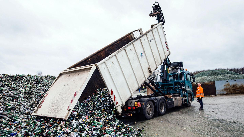 """Ein Lastwagenfahrer kippt eine Fuhre Altglas auf den Hof der Glasrecyclinganlage in Wahlstedt, eine Autostunde nord-östlich von Hamburg entfernt. Das """"A"""" auf dem Schild steht zwar für Abfall. Tatsächlich handelt es sich bei Glas jedoch um einen wertvollen Rohstoff."""