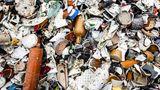 """Der Graus eines jeden Glasgießers: Scherben aus Keramik, Stein oder Porzellan (""""KSP""""). KSP-Reste schmelzen nicht auf. Das fertige Glas enthält Einschlüsse und wird brüchig."""