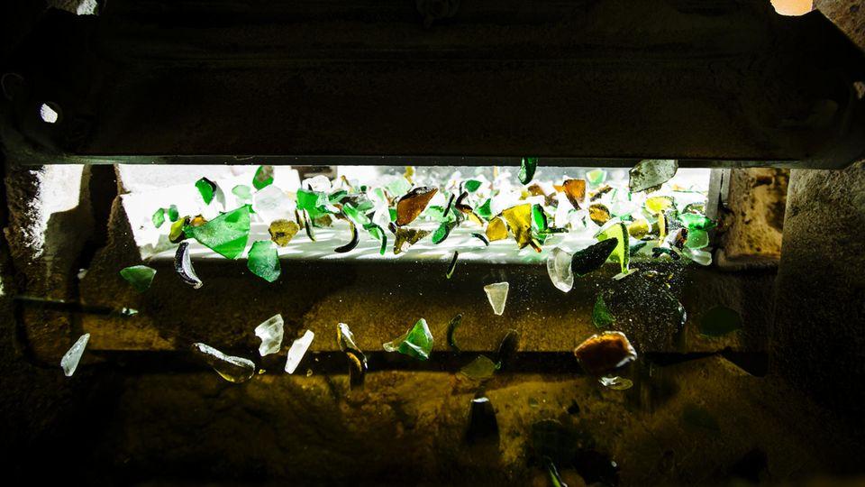 Tanzendes Glas: Kameras prüfen jede einzelne Scherbe. Sie aktivieren Luftventile, die bunte Scherben aus dem Weißglas pusten und umgekehrt. Auch Porzellan und stark verschmutztes Glas werden auf diese Weise aussortiert.