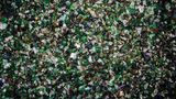 Das fertige Granulat wird in Glashütten eingeschmolzen und zu neuen Verpackungen gegossen. Eine herkömmliche Glasflasche besteht im Schnitt zu rund 60 Prozent aus Altglas.  Die wenigen weißen und blauen Scherben im Grünglas sind nicht schlimm. Von allen Glassorten schluckt Grünglas am ehesten fremde Farben.