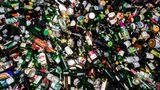 Fuhre mit Grünglas: Verbraucher werfen auch weiße Flaschen ins Buntglas - und umgekehrt. Hier etwa die leeren Nutella-Gläser. Ganze Flaschen werden von Hand aussortiert. Um kleinere Scherben kümmern sich die Maschinen.