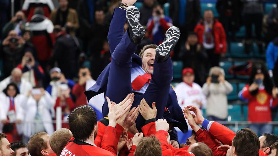 Nach ihrem Olympia-Sieg feiern russische Hockey-Spieler ihren Trainer Oleg Snarok