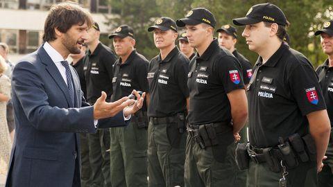 Innenminister Robert Kalinak mit Polizisten in Bratislava