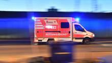 Ein Rettungswagen mit eingeschaltetem Blauclicht fährt durch Frankfurt.