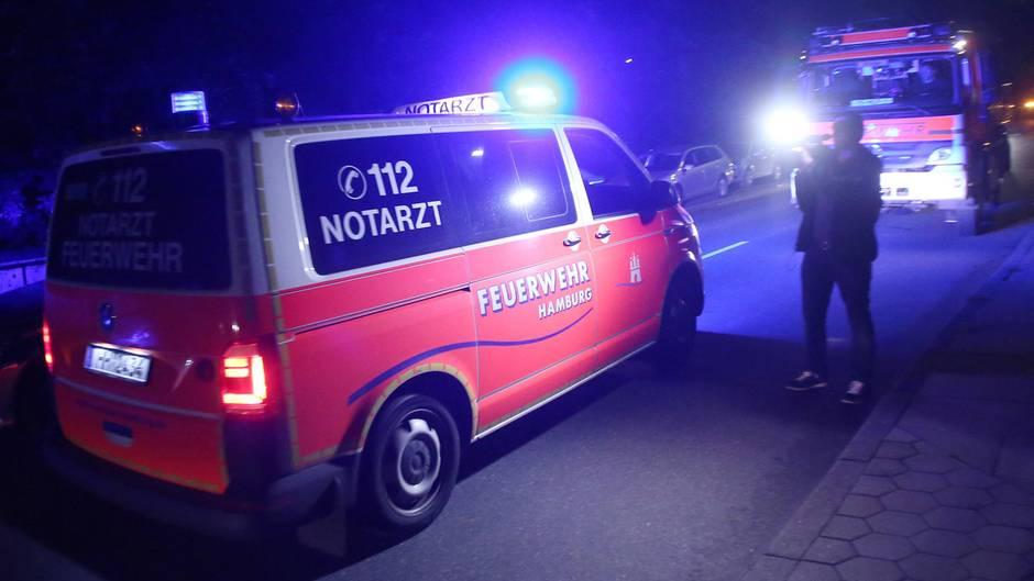 Ein Notarztwagen fährt an einem Haus in Hamburg-Schnelsen entlang.