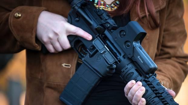 In den USA weiterhin frei verkäuflich, Sturmgewehre wie das AR-15 (im Bild).
