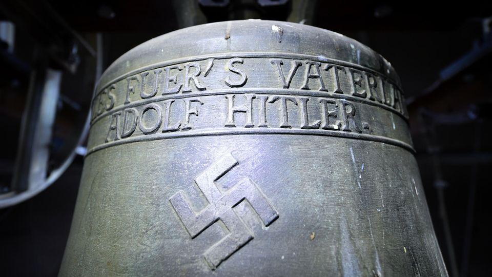 """Warum die umstrittene """"Hitler-Glocke"""" im Kirchturm von Herxheim hängen bleibt"""