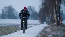 Wetter Ein Radfahrer fährt bei eisigen Temperaturen durch Niedersachsen