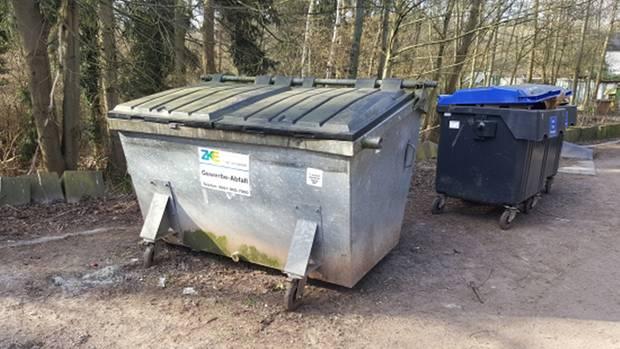 Der Müllcontainer, in dem die Hündin entdeckt wurde.
