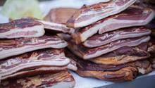 Ungarn  Die Ungarn lieben ihren Knoblauch-Bacon. Scheinebauch wird dafür für fünf Tage in einer Knoblauch-Salzlösung mariniert und dann mit Salz trocken mariniert und mit Rinderblut und Paprika bedeckt. Anschließend wird der Schweinebauch geräuchtert, um den Salz-Blut-Mantel wegzubrennen.