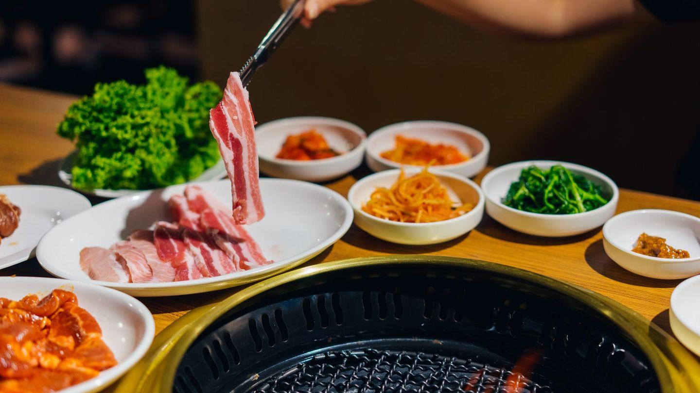 Korea  Rohe Scheiben vom Schweinebauch landen in Korea oft auf dem Grill und schmecken mit koreanischen Salaten, Gemüse und Beilagen.