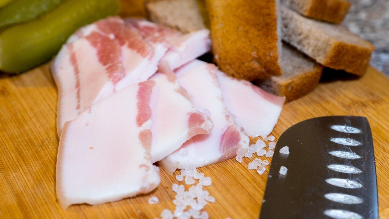 Russland  In Russland ist Bacon als Salo bekannt, das ist gepökeltes Schweinefett mit wenig Fleischanteil, wenn überhaupt. Salo ist dem italienischen Lardo ähnlich. Gewürzt wird das Schweinefett mit Knoblauch, Pfeffer und Salz.