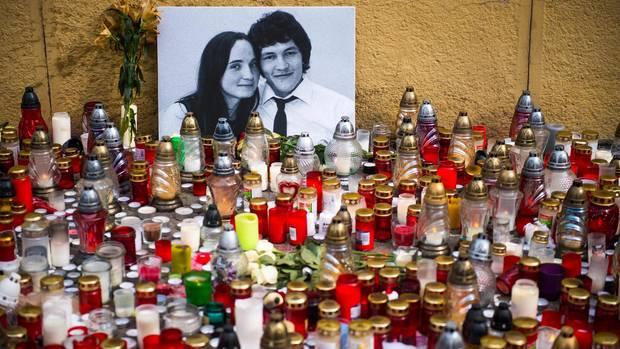 Kerzen vor einem Foto des ermordeten Jan Kuciak und seiner Verlobten Martina Kusnirova