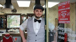 Hansebarbier Felix Preiß an der Tür zu seinem Laden in Hamburg