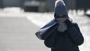 Dick verpackt mit Mütze und Schal gegen die Kälte