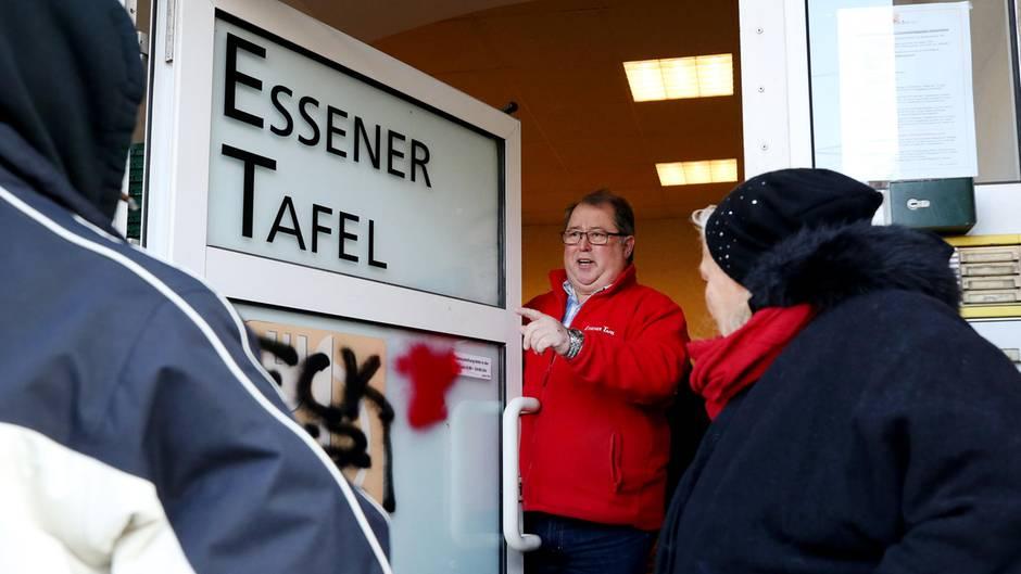Tafel-Vorsitzender Jörg Sartor (M.), öffnet die Eingangstür der Einrichtung in Essen. Jeweils mittwochs werden die Berechtigungsausweise für die Tafel ausgegeben