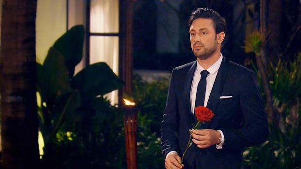 Daniel Völz verteilt neben Rosen auch fleißig Küsse an die Kandidatinnen