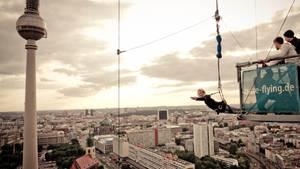 Wem Bungee-Jumping doch zuviel für die eigenen Nerven sind, dem könnte das hier gefallen: Base-Flying. Sich einfach mal aus 125 Metern Höhe auf den Alexanderplatz in Berlin fallen lassen. Base Flying ist eine Abseilwinde, eine verdammt schnelle. Es fühlt sich fast an wie ein freier Fall, jedoch ohne den unkontrollierten Gummibandeffekt des Bungees am Ende des Sturzes. Weitere Informationen bei Base-Flying.