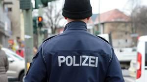 Ein Polizeibeamter, von hinten fotografiert