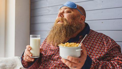 Mann genießt am Morgen seine Cornflakes
