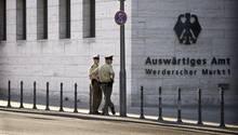 Polizeibeamte bewachen den Eingangsbereich des Auswärtigen Amtes.