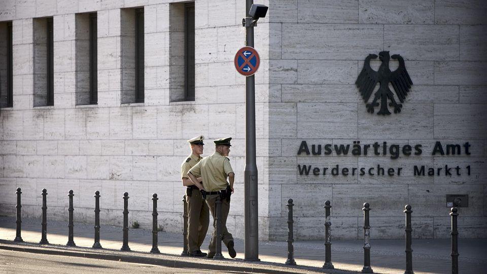 Polizeibeamte überwachen das Auswärtige Amt in Berlin - doch vor der Gefahr im Netz können sie die Behörde nicht schützen