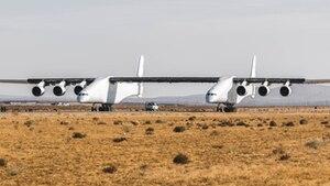 In der Wüste Kaliforniens: die sechstrahlige Stratolaunch rollt erstmals aus eigener Kraft über die Piste des Mojave Air and Space Airport.