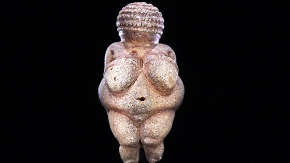 """Die """"Venus von Willendorf"""" ist eine altsteinzeitliche Statuette, die im Naturhistorischen Museum in Wien ausgestellt ist. Die Figur ist etwa 30.000 Jahre alt."""