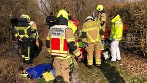 Einsatzkräfte der Feuerwehr und Sanitäter bei der Reanimation einer Frau in Paderborn.