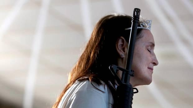 Scheint eine innige Beziehung mit ihrem Gewehr zu pflegen, diese Gläubige