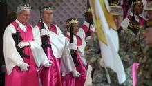 Gläubige in der World Peace and Unification Sanctuary kommen mit AR-15-Sturmgewehren zum Gottesdienst