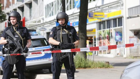 Polizisten sichern den Tatort des Attentats in Hamburg-Barmbek ab