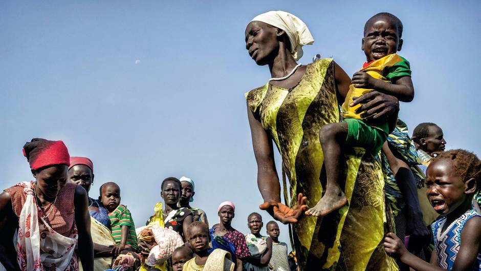 Die Gesichter zeigen Erschöpfung und Verzweiflung: Nach mehreren Tagen Fußmarsch durch das Sumpfgebiet des Sudd hat eine Gruppe von Frauen und Kindern das Dorf Ngueny erreicht, wo Helfer der Vereinten Nationen Posten bezogen haben