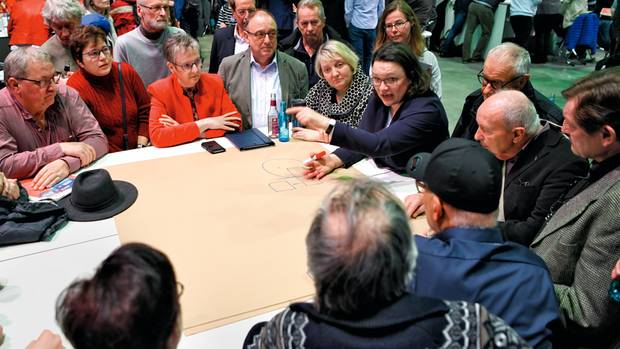 """""""Diese Regierung ist eine Chance für die SPD"""": Andrea Nahles diskutiert mit Parteimitgliedern auf der Regionalkonferenz in Mainz. Sie entscheiden mit ihrem Votum, ob es zur GroKo kommt"""