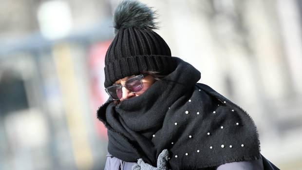 Warm eingepackt bei minus zehn Grad Celsius: Nach Angaben der Meteorologen wird die eisige Kälte noch bis zum Wochenende anhalten